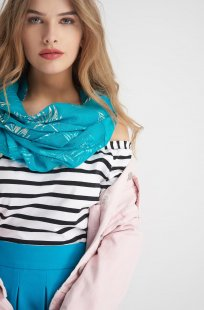 Loop-Schal mit Blattmuster